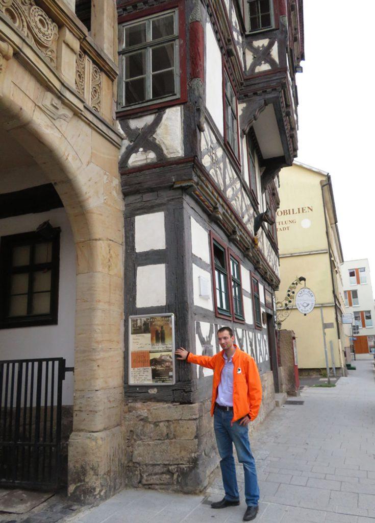 Kunstfreund und Pirat Christian Horn vor dem Kunsthaus Meiningen