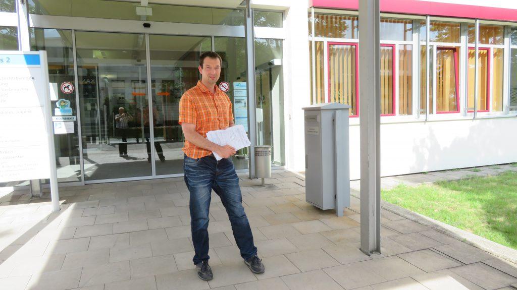 Christian Horn gibt seine Unterschriften ab